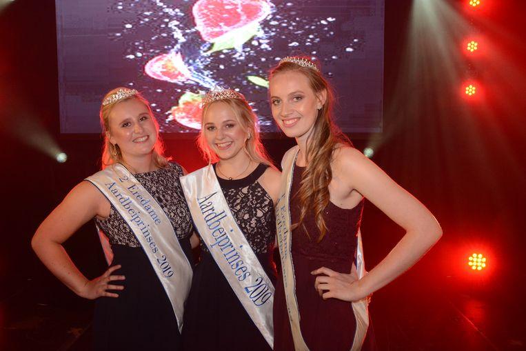 Hanne (midden) met haar eredames Shauny Cools (rechts) en Lauren Vanheuckelom (links).