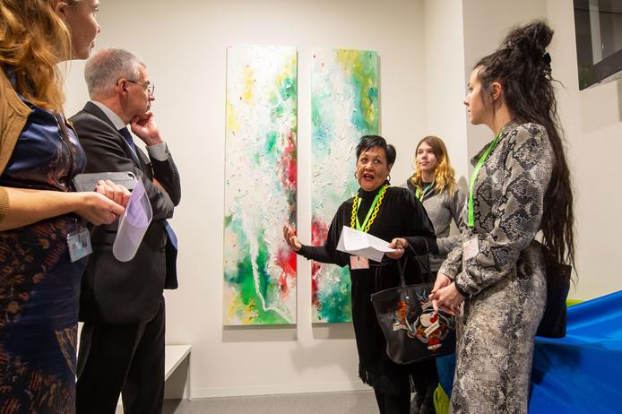 Kunstenares Dees Goosen (midden) geeft uitleg over de kunstwerken gemaakt door Nikki en Jacqueline (rechts).