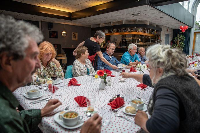 Augustus 2018: een volle tafel bij de eerste avond van Resto Van Harte in dorpshuis de Meiboom.
