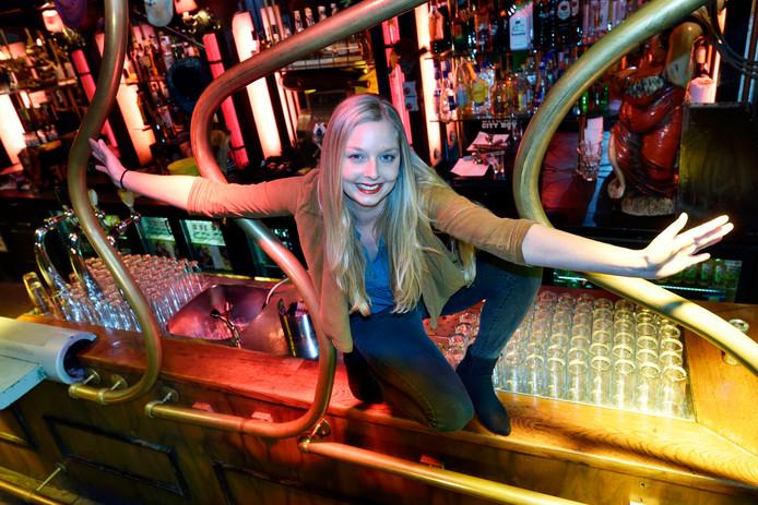 Foto uit 2015: Sanne Bontekoning op de bar van Juicy Lucy.
