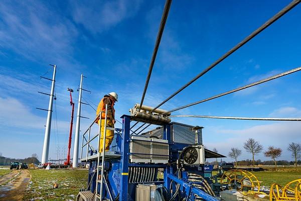 De kabels worden in de masten getrokken. Begin 2017.