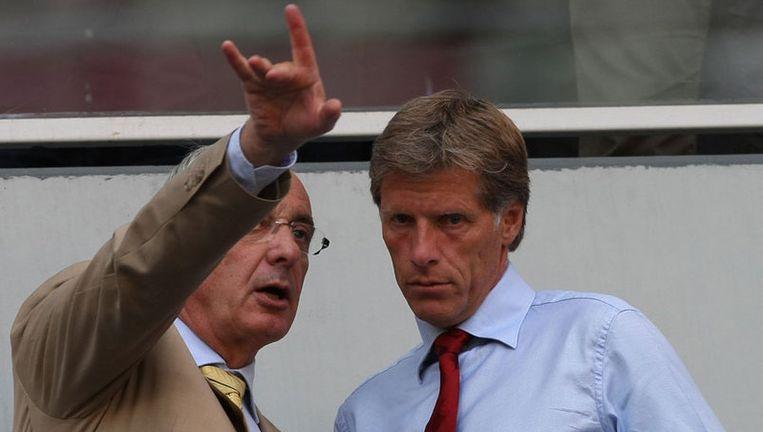 Rick van den Boog (rechts), algemeen directeur van Ajax en Ajax-voorzitter Uri Coronel op de ere-tribune van Ajax. Foto ANP Beeld