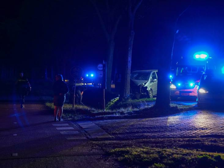 Busje botst tegen boom bij Borkel, vrouw en drie kinderen gewond naar ziekenhuis