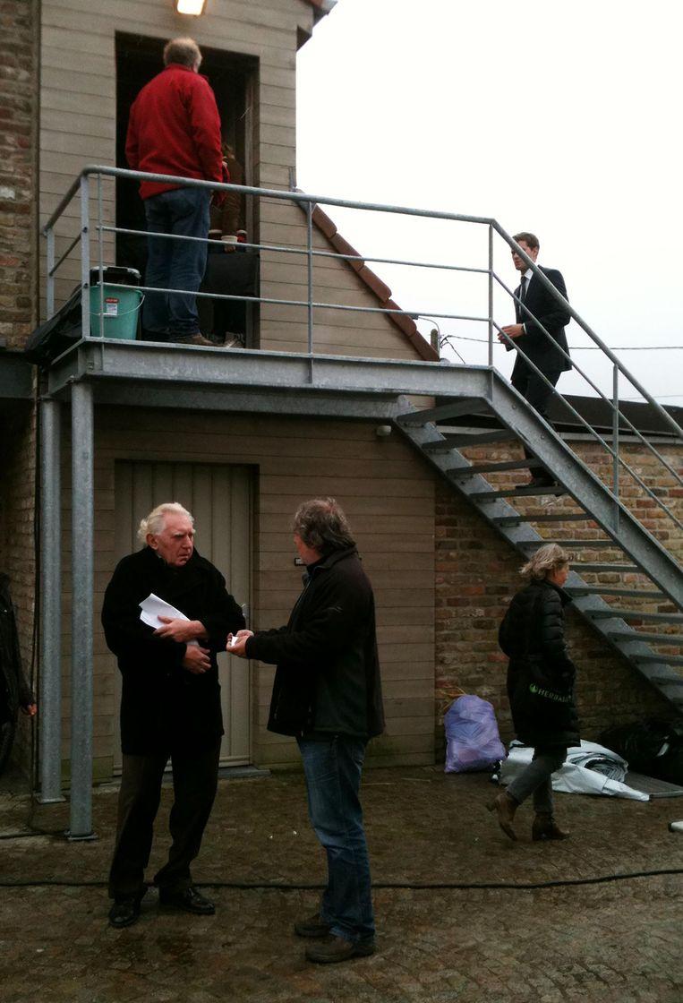 Jamie Dornan op bezoek bij duivenkweker Delrue: onderaan Jan Decleir terwijl Jamie net op de trap loopt.