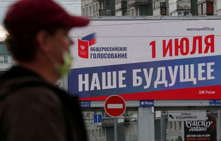 Een affiche in Moskou voor het referendum over de grondwetsherziening die president Poetin in staat stelt tot 2036 aan te blijven. '1 juli. Onze toekomst', staat erop. Beeld REUTERS