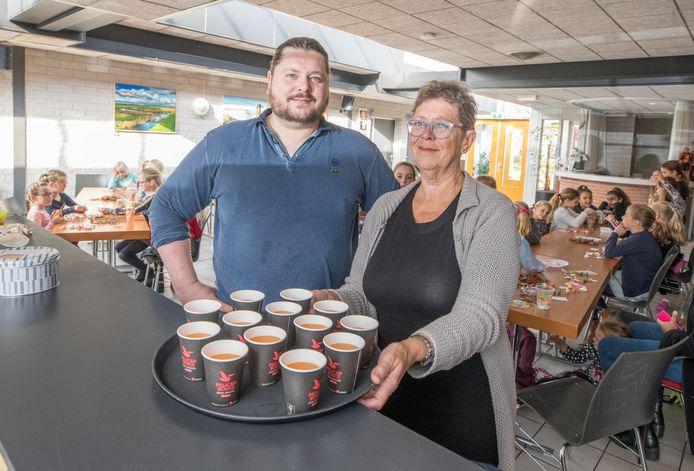 Manuel (links) en Lia Bakker (rechts), de nieuwe beheerders van De Meiboom in Krabbendijke, willen weer wat leuks maken van het dorpshuis.