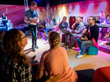 Guus Meeuwis helpt ziekte even te vergeten in Elisabeth TweeSteden Ziekenhuis