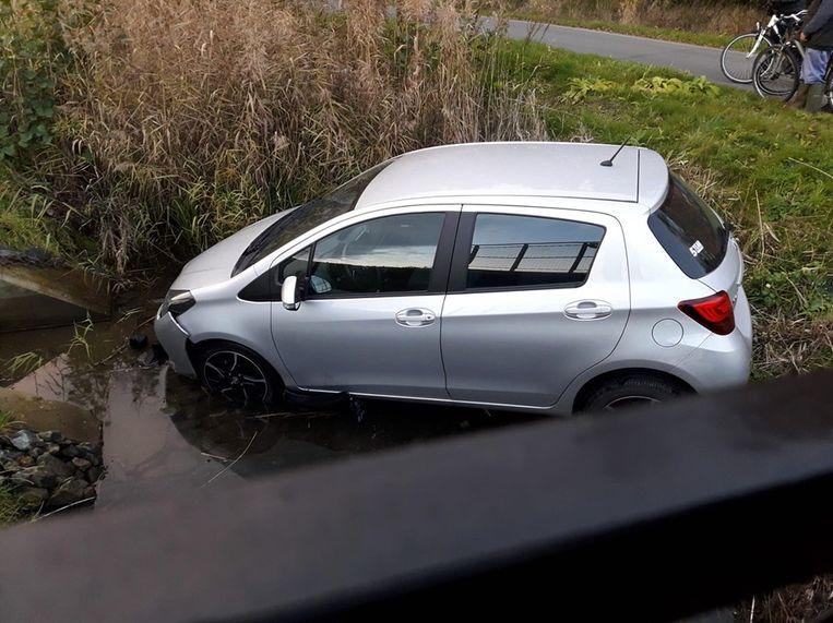De vrouw kwam met haar voertuig in de gracht terecht.