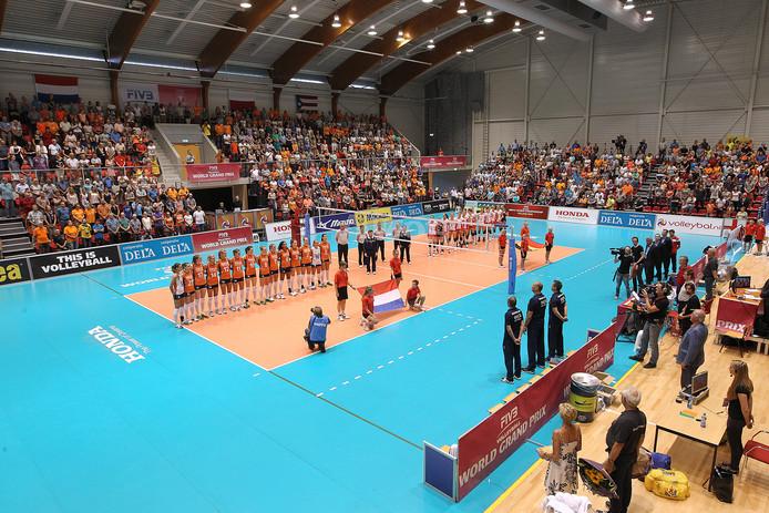 De Nederlandse volleybalvrouwen voorafgaande aan een wedstrijd tegen België in de topsporthal van Doetinchem. De Achterhoekse plaats is in beeld als speelstad voor het WK volleybal voor vrouwen van 2022 (archieffoto).