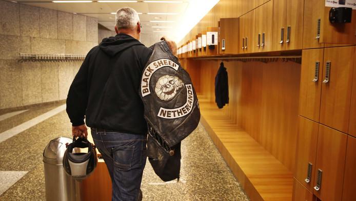 Een lid van motorclub Black Sheep