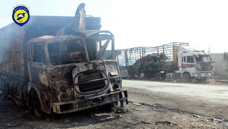 Uitgebrande vrachtwagens van het hulpkonvooi dat deze week werd gebombardeerd nabij Aleppo. Beeld epa