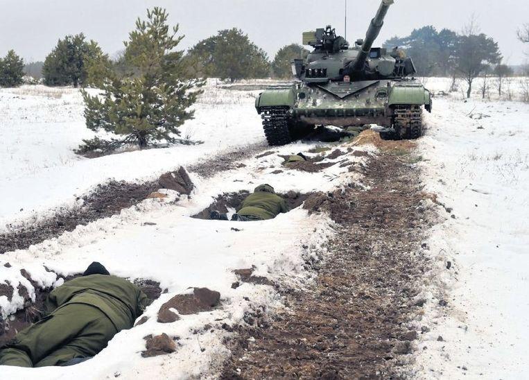 Oekraïense reservisten, opgeroepen vanwege de oorlog in het oosten van het land, tijdens een oefening in de buurt van Desna. Beeld afp