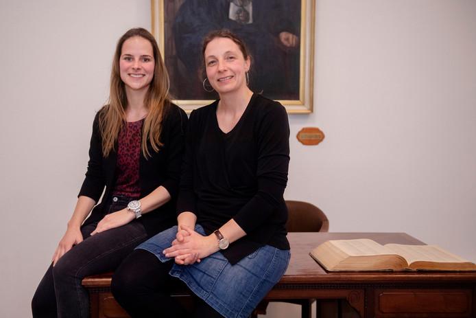 Femke van der Velden (links) en Monique Vissers staan straks voor een basisschoolklas.