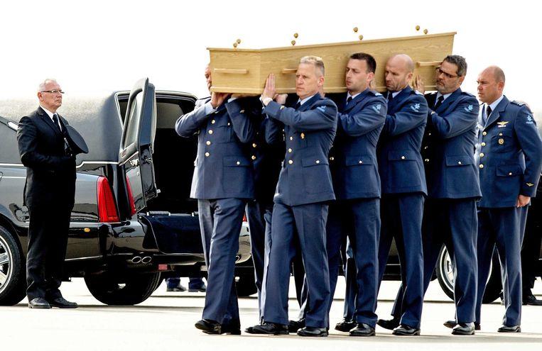 Het lichaam van een slachtoffer dat omkwam bij de rampvlucht is aangekomen in Eindhoven. Beeld epa