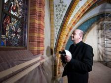 Bisschop neemt kijkje bij restauratie Franciscuskerk in Oudewater