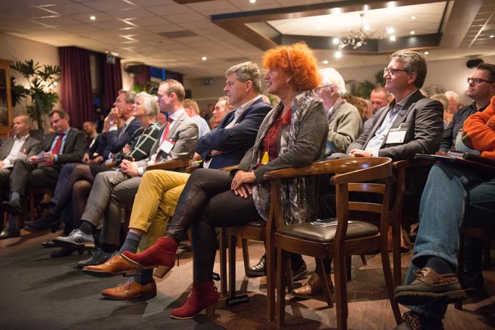 Tijdens de informatiebijeenkomst over Lelystad Airport in het Roode hert in Dalfsen zaten leden van Hoog Overijssel op de eerste rij.