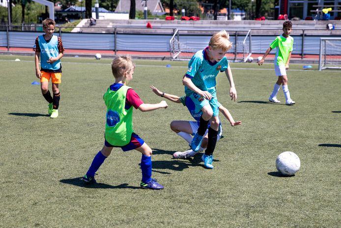 Jonge voetballertjes vermaken zich bij de voetbaldagen op sportpark Brandevoort.