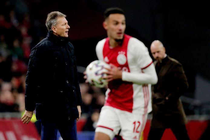Frank Wormuth (links) coacht tijdens het duel tegen Ajax. Op de achtergrond zijn collega Erik ten Hag.