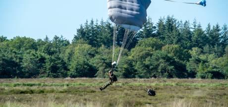 Parachutisten Luchtmobiele Brigade gedropt boven natuurgebied Regte Heide