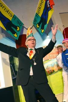 Burgemeester Mook zingt carnavalslied met knipoog naar stuwongeluk Grave