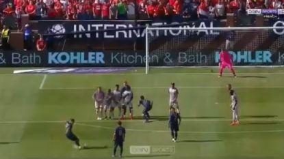 Braziliaanse Belg van Manchester United krult vrije trap prinsheerlijk in de bovenhoek