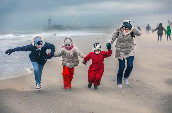 Moeder Helen met haar kinderen Clara, Sophie en Willem wagen zich op het door de storm Ciara.