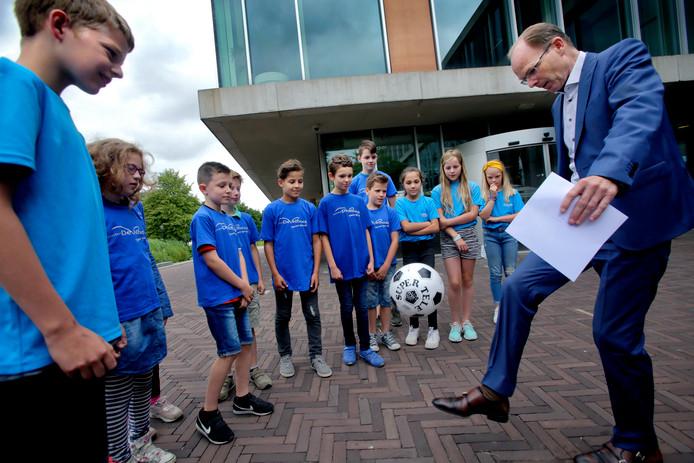 Burgemeester Schrijer kan een bal hooghouden, maar geen gymzaal beloven.