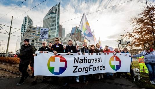 Henk Krol (50 Plus) en Emile Roemer (SP) lopen mee bij de landelijke aftrap van het Nationaal Zorgfonds.