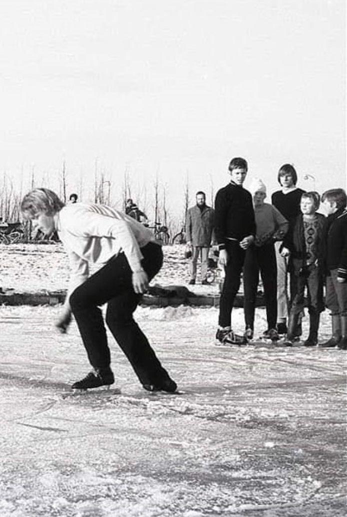 Willem Hobers, uit Moerkapelle, 45 jaar geleden op de bevroren visvijver in het Van Tuyllpark in Zoetermeer.