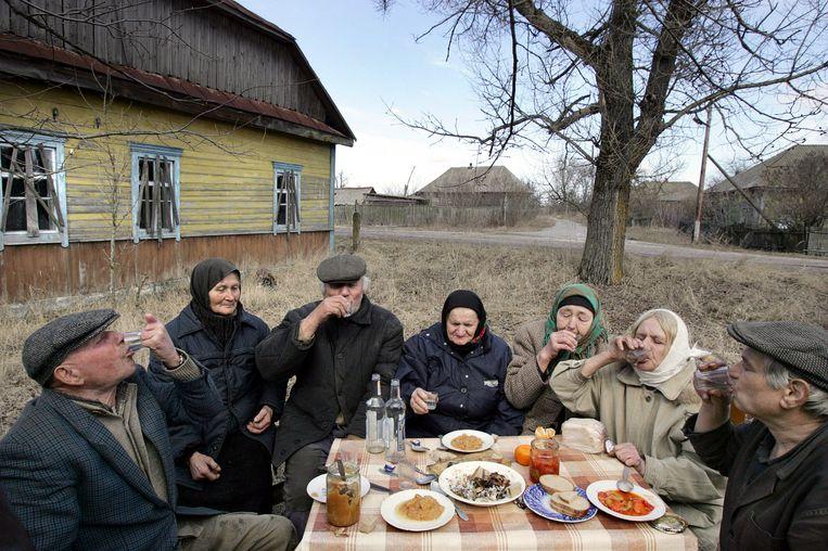 De enige bewoners van het Wit-Russische dorp Tulgovichi, 370km van Minsk maar binnen de 30km wijde zone rond de Tsjernobyl reactor. (Beeld uit 2006) Beeld afp