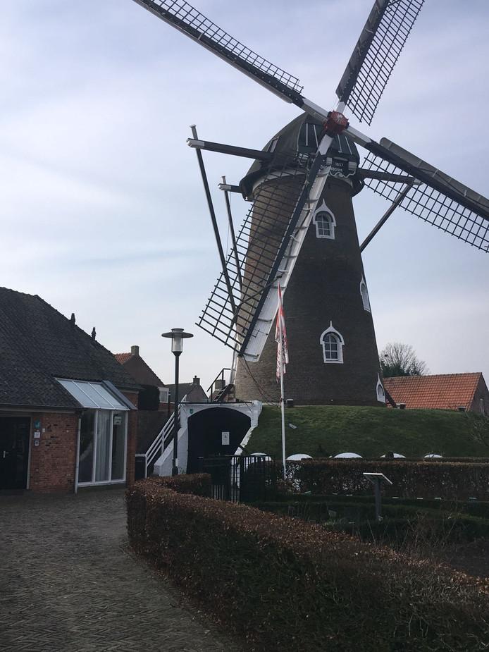 De molen van Hilvarenbeek in rouwstand voor Leo Vaes