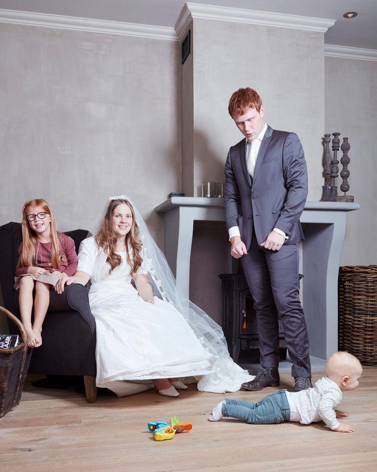 Hemmy en Marije met hun kinderen Jolijn (5) en Jefta (1). Hij was 16 toen ze trouwden en zij 18. Alle stellen poseren in hun trouwkleding van toen. Beeld Erik Smits
