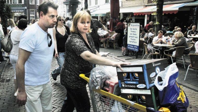 Elke week doen gemiddeld 70.000 Duitse bezoekers hun inkopen in Venlo. Voor de gezelligheid, maar ook voor de lage prijzen. ( FOTO KOEN VERHEIJDEN) Beeld