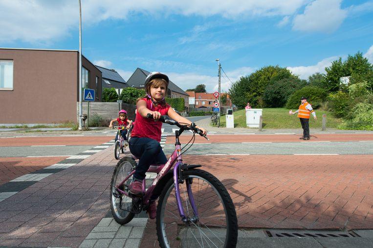 Een meisje steekt de Puursesteenweg over met de fiets. Sinds begin dit jaar staat daar een gemachtigde opzichter.