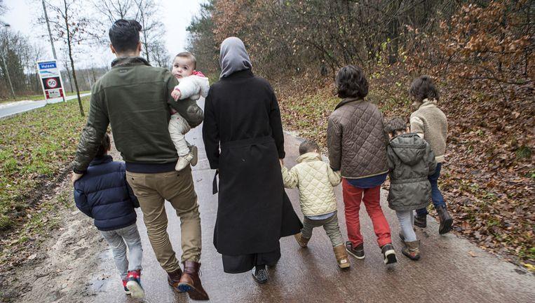 Mourad (34) en Engelina (32) met hun vijf zoons en dochtertje. Beeld Julius Schrank