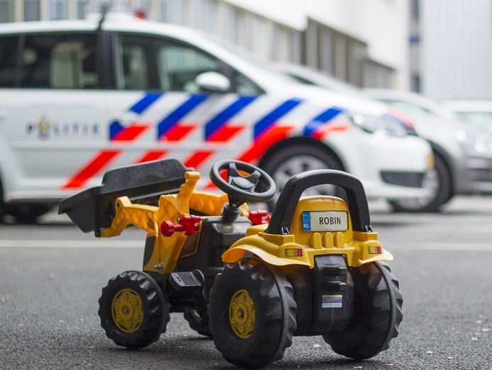 Het gele tractortje op het politiebureau in Arnhem.