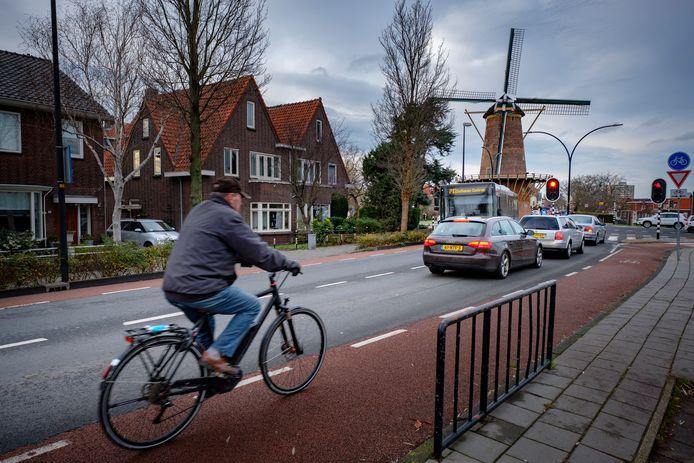 Het is nu al druk op de Prinses Julianalaan in Maassluis; het verkeer zal in de toekomst als nieuwbouwwijk de Kade een feit is alleen maar toenemen.