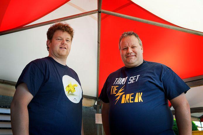 Toernooileider Casper van der Weide (links) en wedstrijdplanner Pieter van Es kijken reikhalzend uit naar het open toernooi van de Dordtse tennisvereniging Dash'35.