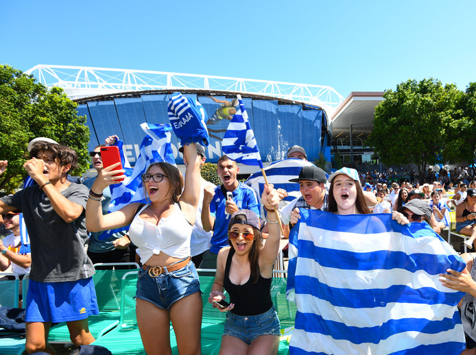 Griekse fans van Stefanos Tsitsipas juichen.