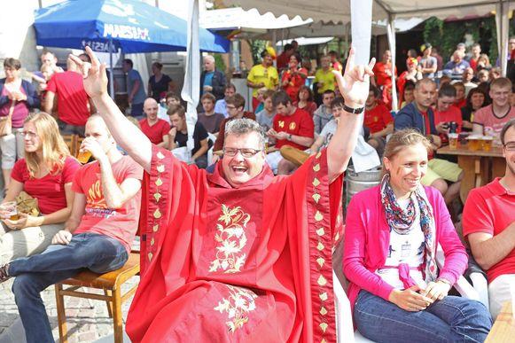 Pater Karel tijdens een match van de Rode Duivels op het WK in 2014. Hij schrapte de eucharistieviering om tijdens de wedstrijd te kunnen supporteren.