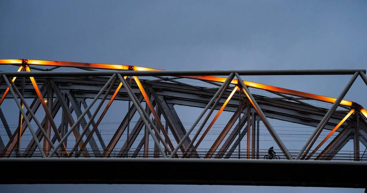 Westervoortsebrug tijdelijk afgesloten na ongeluk.