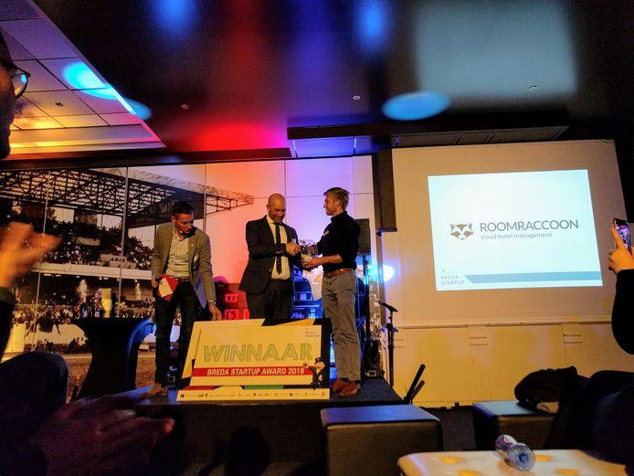 Tijmen van Dijl, één van de oprichters van RoomRaccoon, het Bredase bedrijf dat de softwareoplossing biedt voor kleine hoteliers. RoomRaccoon heeft vanavond de Bredase Startup Award gewonnen en ontvangt hier de bokaal uit handen van wethouder Adank.