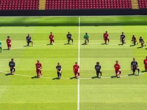 Les joueurs de Liverpool, genou à terre, solidaires avec les manifestants de Black Lives Matter