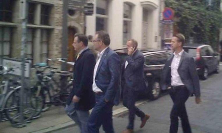 Een beeld uit het filmpje van Apache.be waarop te zien is hoe burgemeester Bart De Wever en schepen Koen Kennis toekomen op het verjaardagsfeest van bouwpromotor Erik Van der Paal.