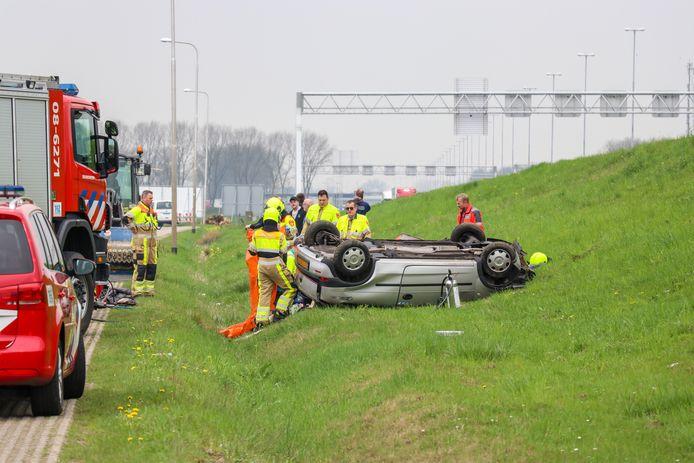 Hulpverlening na het ongeluk op de A2 bij Beesd.
