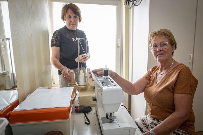 Als je het hebt over liefde voor je vak; Jenny Drijer (links) en Minnie Voortman werken respectievelijk vijftig en vijfentwintig jaar met veel plezier als coupeuses bij Wessels Mode.