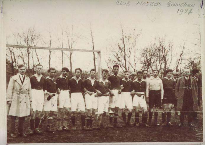 Elftalfoto van vv Mastbosch in 1927. Uiterst rechts voorzitter Harry de Leeuw. Mastbosch zou in 1929 na de fusie met Bredania onder de nieuwe naam Baronie van start gaan in de tweede klasse van de Nederlandse Voetbalbond.