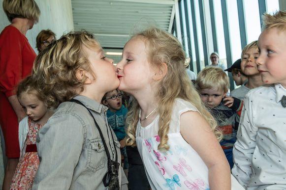Een flinke kus mocht tijdens de plechtigheid uiteraard niet ontbreken.