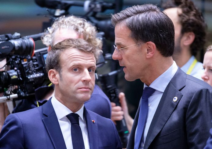 Premier Mark Rutte in gesprek met de Franse president Emmanuel Macron tijdens de EU-top in Brussel.