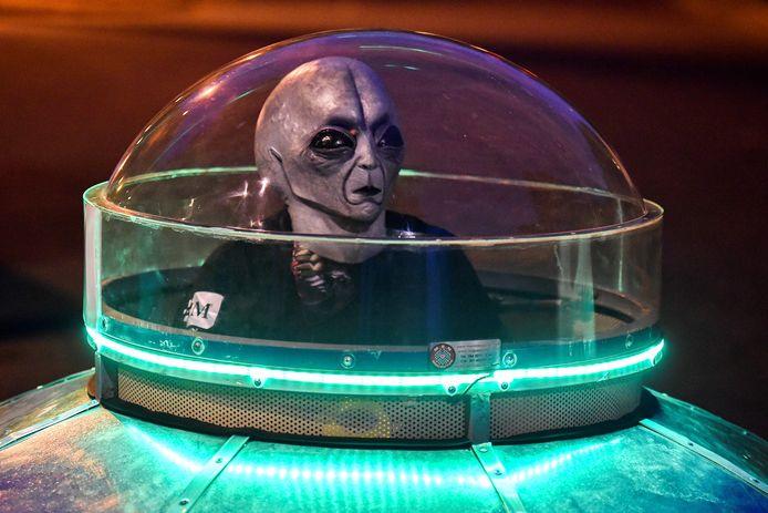 Een man verkleed als buitenaards wezen in een tot 'ufo' verbouwde auto. 'Ik haat vakanties, verlaat Arnhem zo min mogelijk. Laat staan dat ik zin heb om met aliens naar een ander zonnestelsel te vliegen.' Foto ter illustratie.